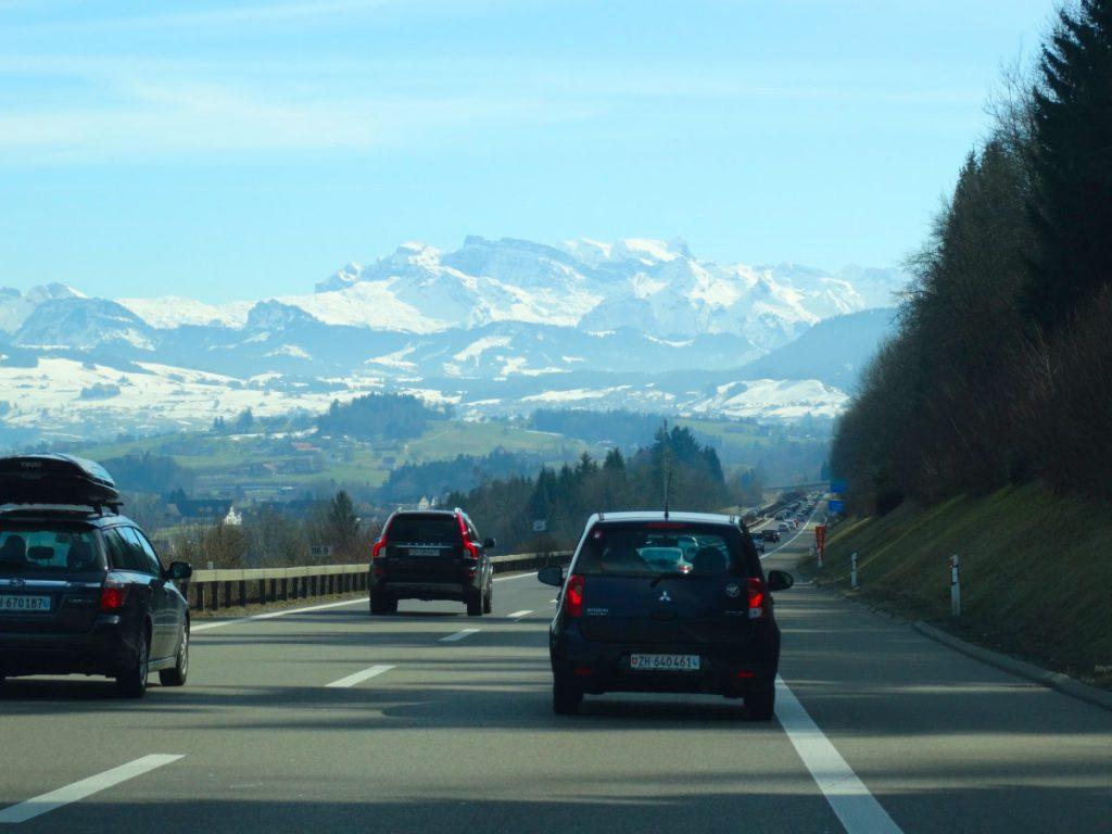 Auta na silnici vedoucí do hor