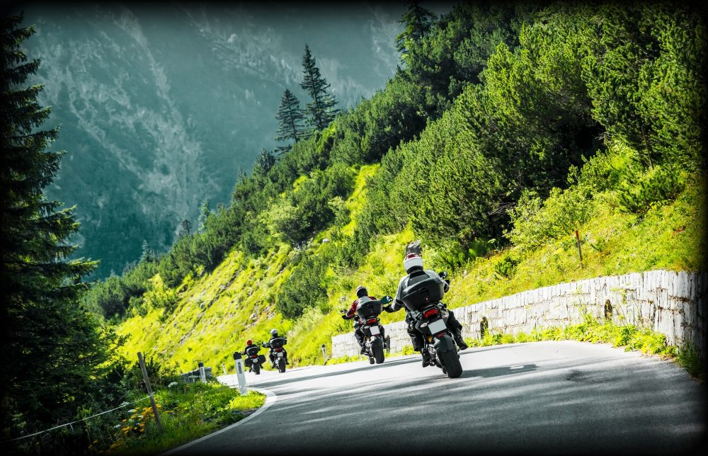 Skupina motorkářů na silnici