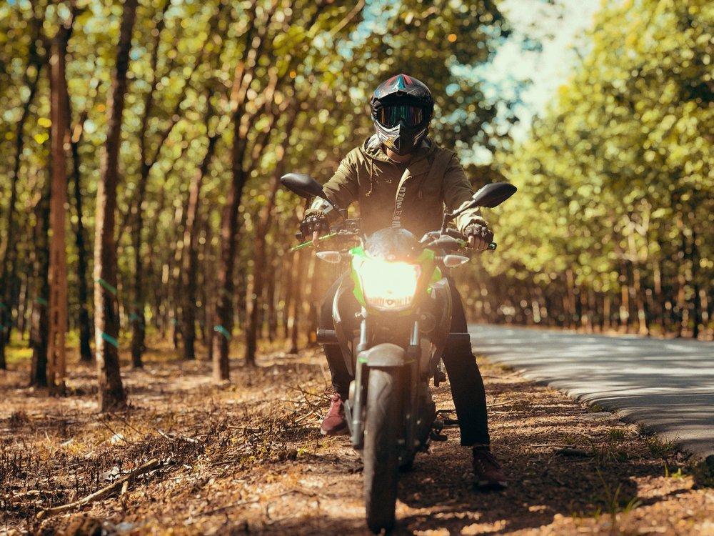 Jízda na motorce na podzim