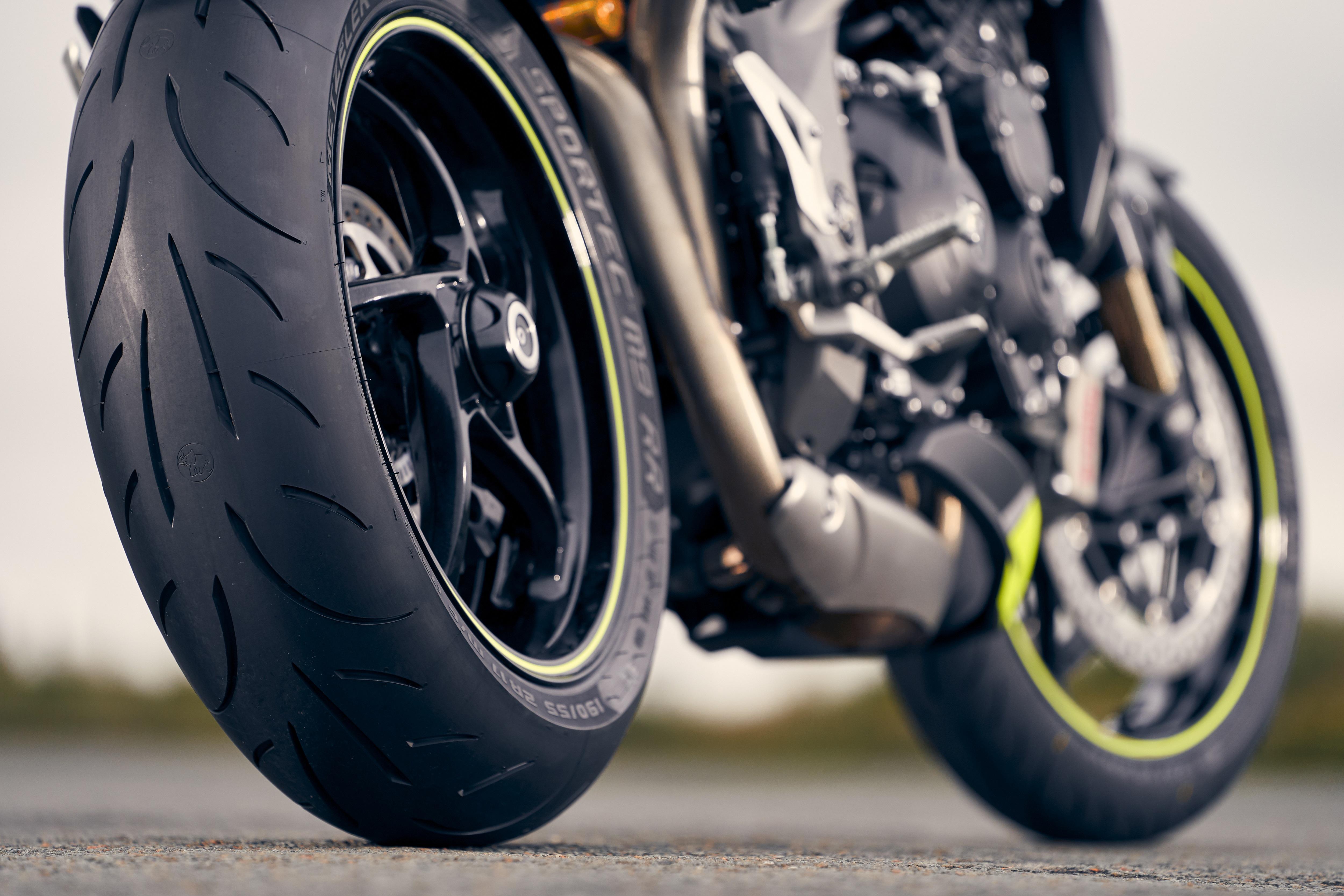 Zadní kolo motorky s pneu Metzeler Sportec M9 RR