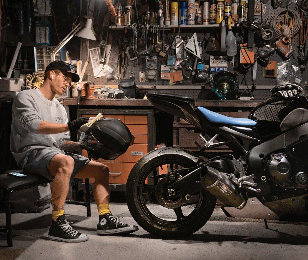 Servis motorky v garáži