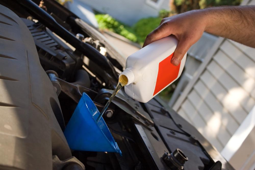 Dolévání motorového oleje pomocí trychtýře