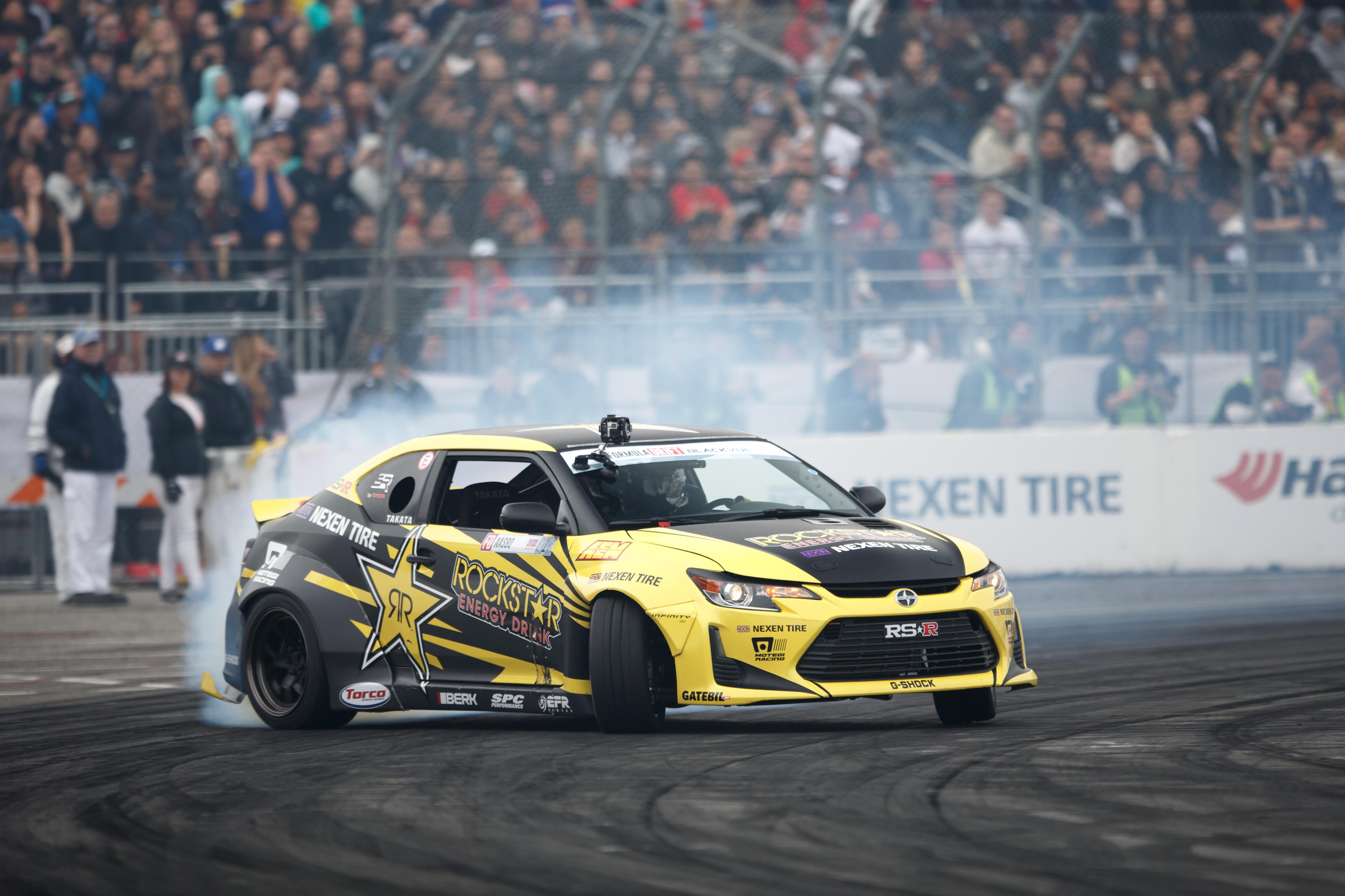 Závodní vůz s pneu Nexen