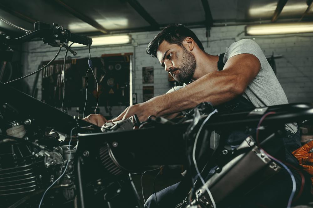 Mechanik s motorkou v dílně