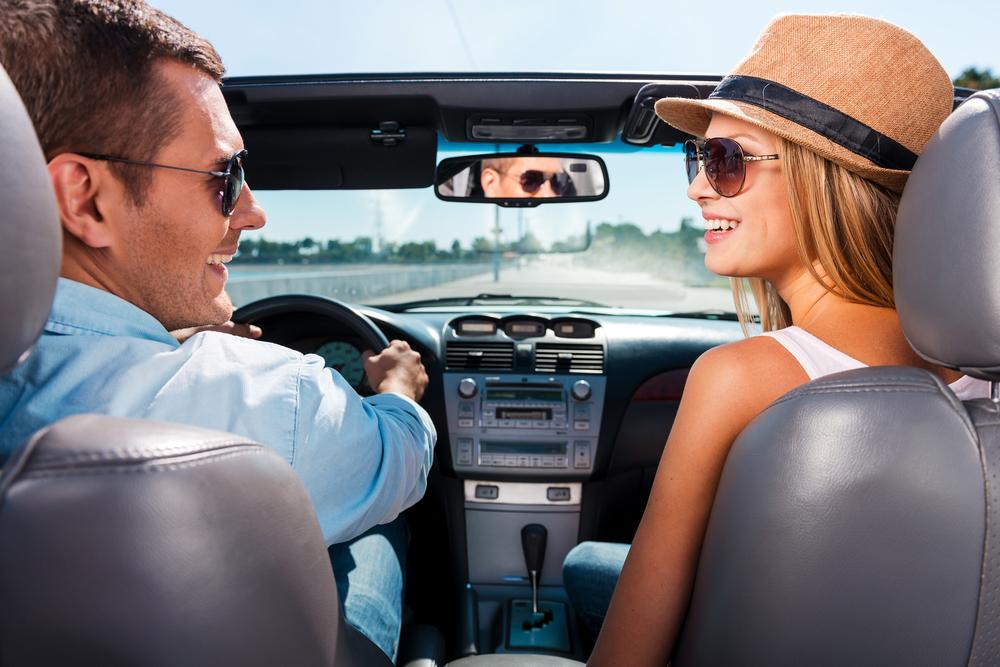 Mladý pár v autě s polarizačními brýlemi
