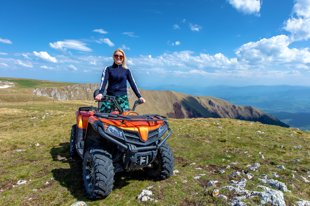 Jezdkyně na čtyřkolce v horách