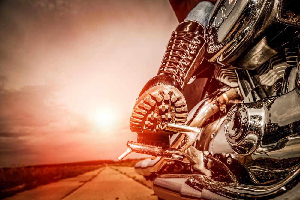 Moto bota na pedálu motorky