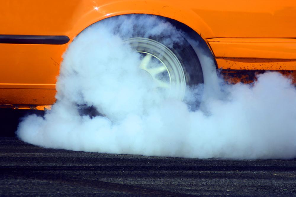 Protáčení kouřícího kola automobilu