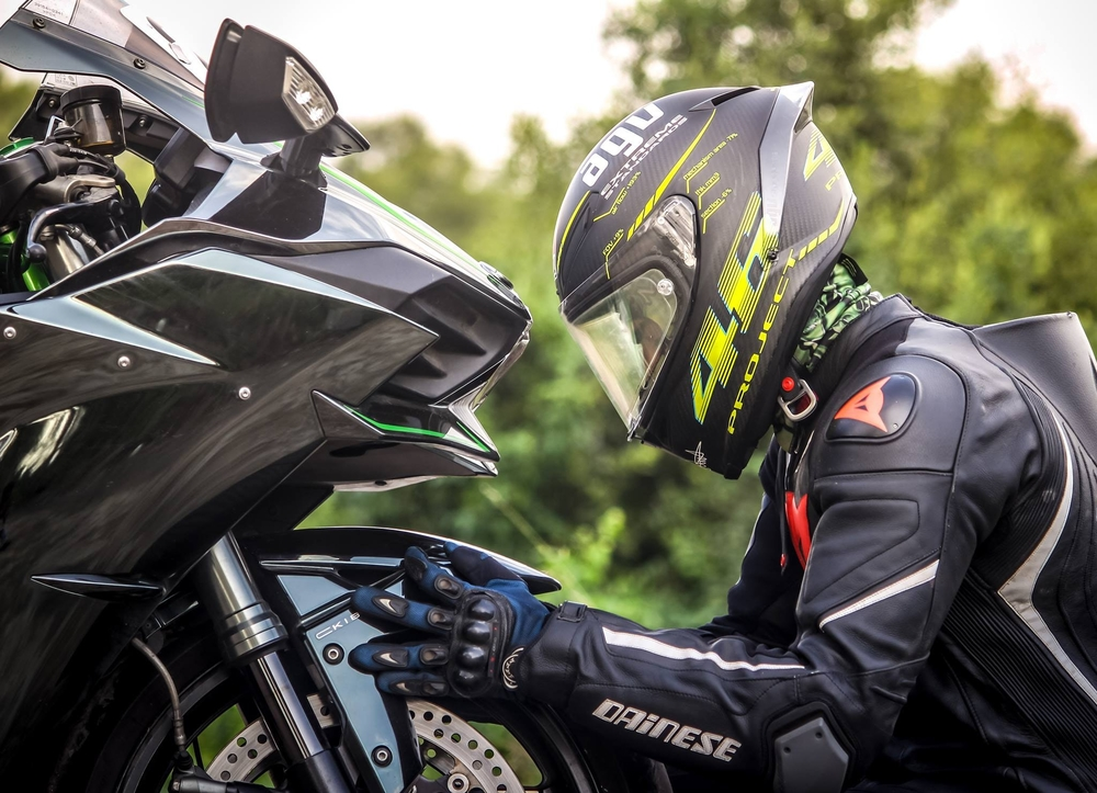 Jezdec kontroluje přední kolo motorky