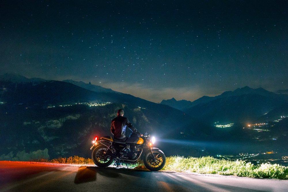 Jezdec s motorkou v noci