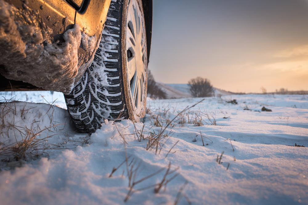 Kolo automobilu na sněhu