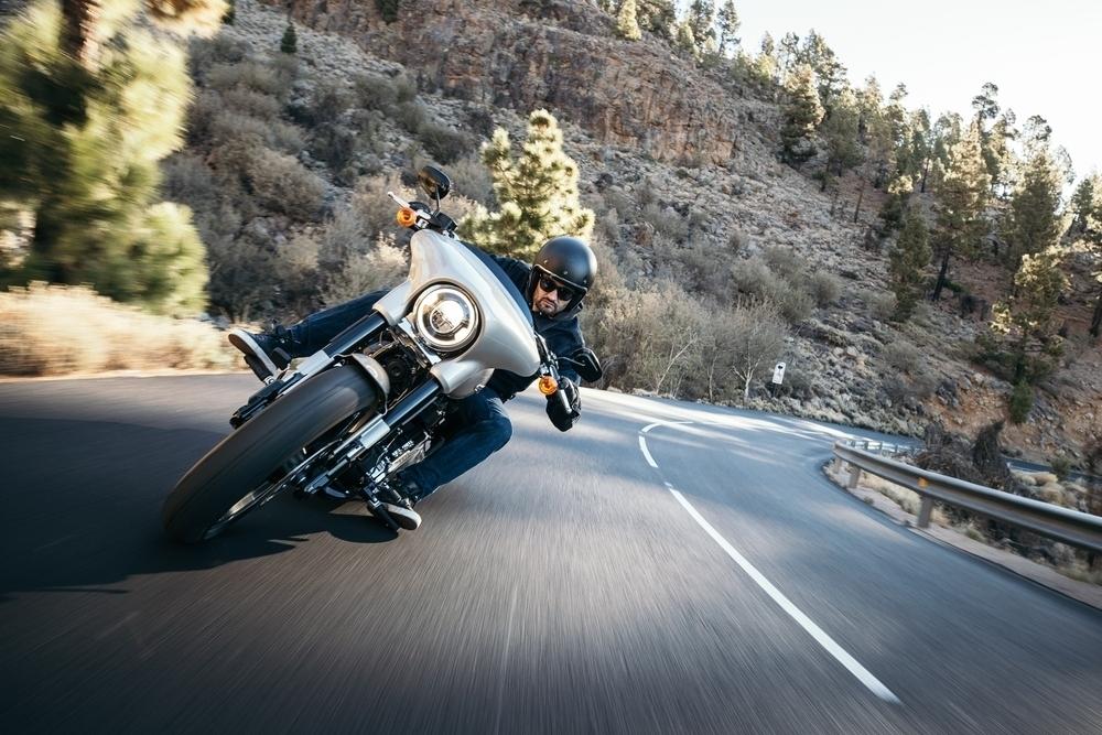 Motocyklista v náklonu