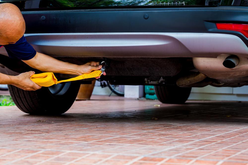 Nasazování tažného lana na auto