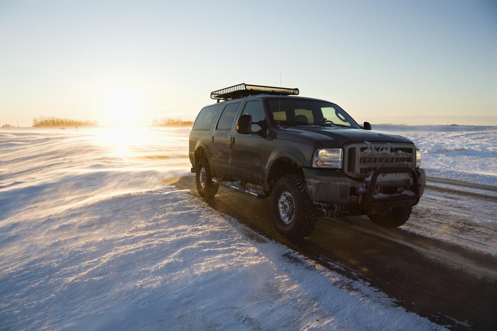SUV na zasněžené silnici