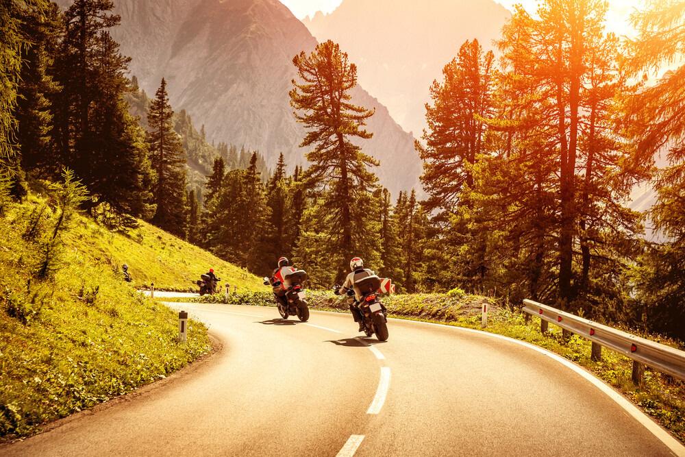 Dvě motorky na horské silnici.