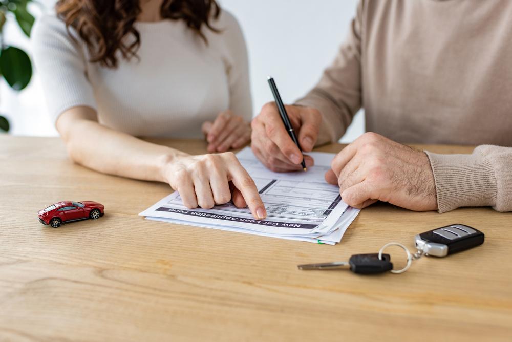 Dvojice podepisující smlouvu
