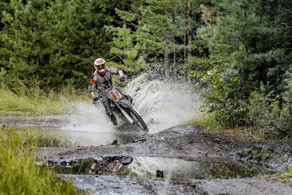 Motorka enduro na lesní cestě