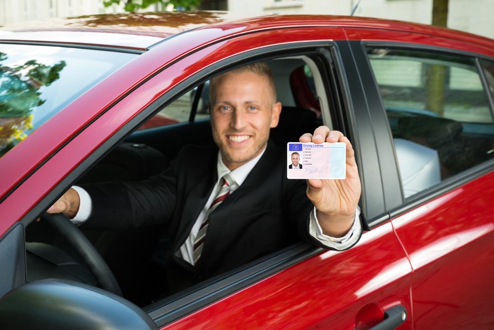 Muž s řidičským průkazem
