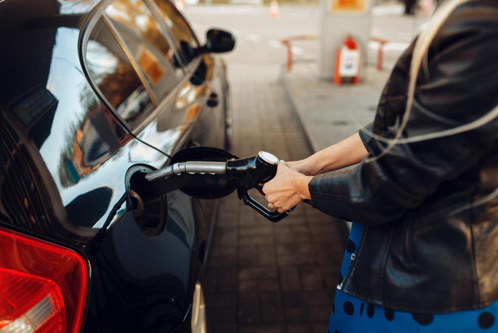 Žena tankuje palivo