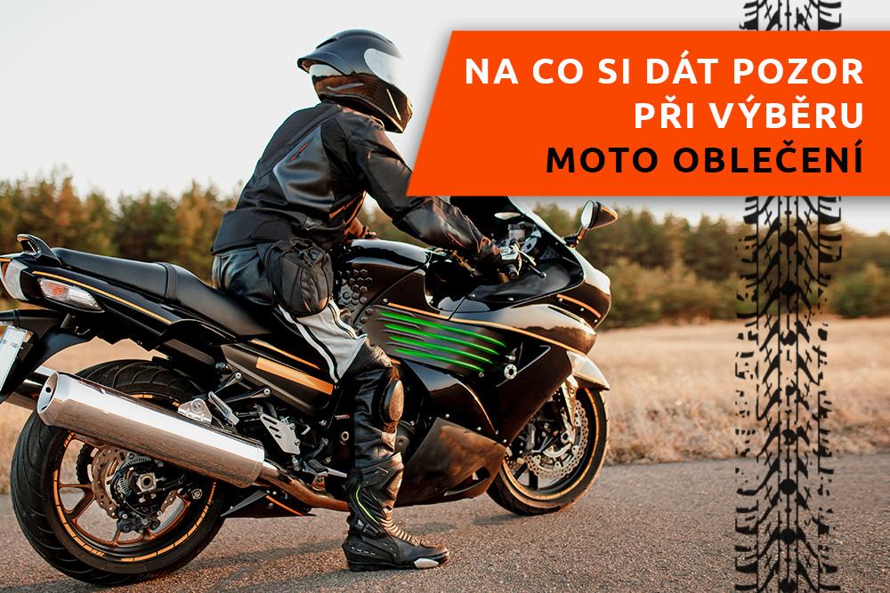 Motorkář s motorkou na silnici
