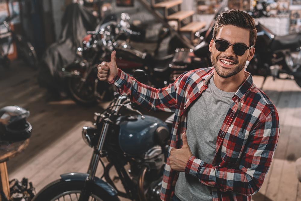 Nadšený motorkář u motorky