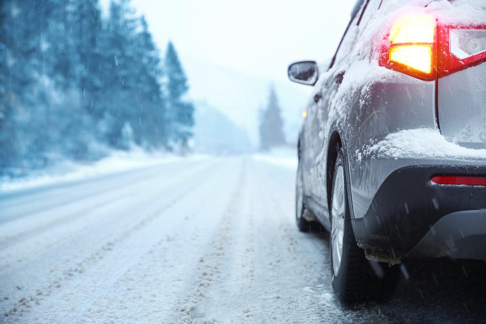 Auto s pneu Nexen jede po zasněžené silnici