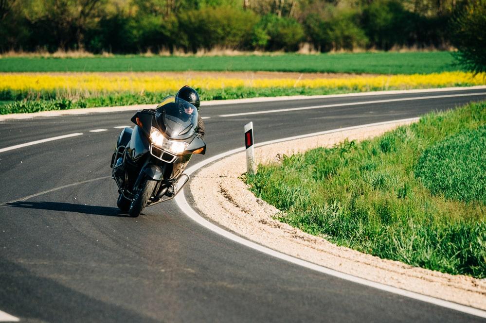 motorkář na silnici