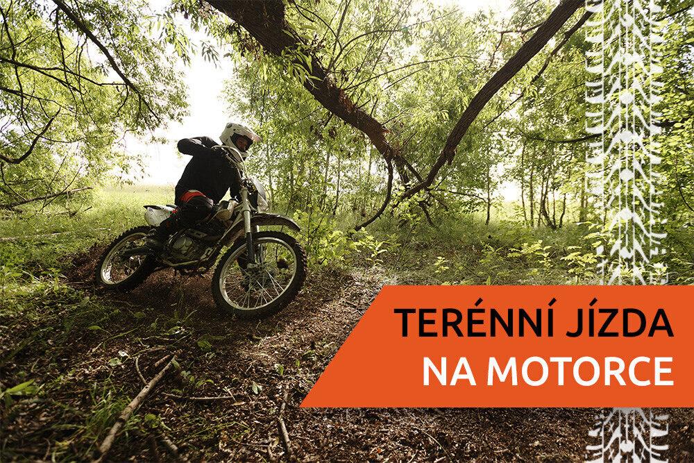 Motorkář při terénní jízdě v lese