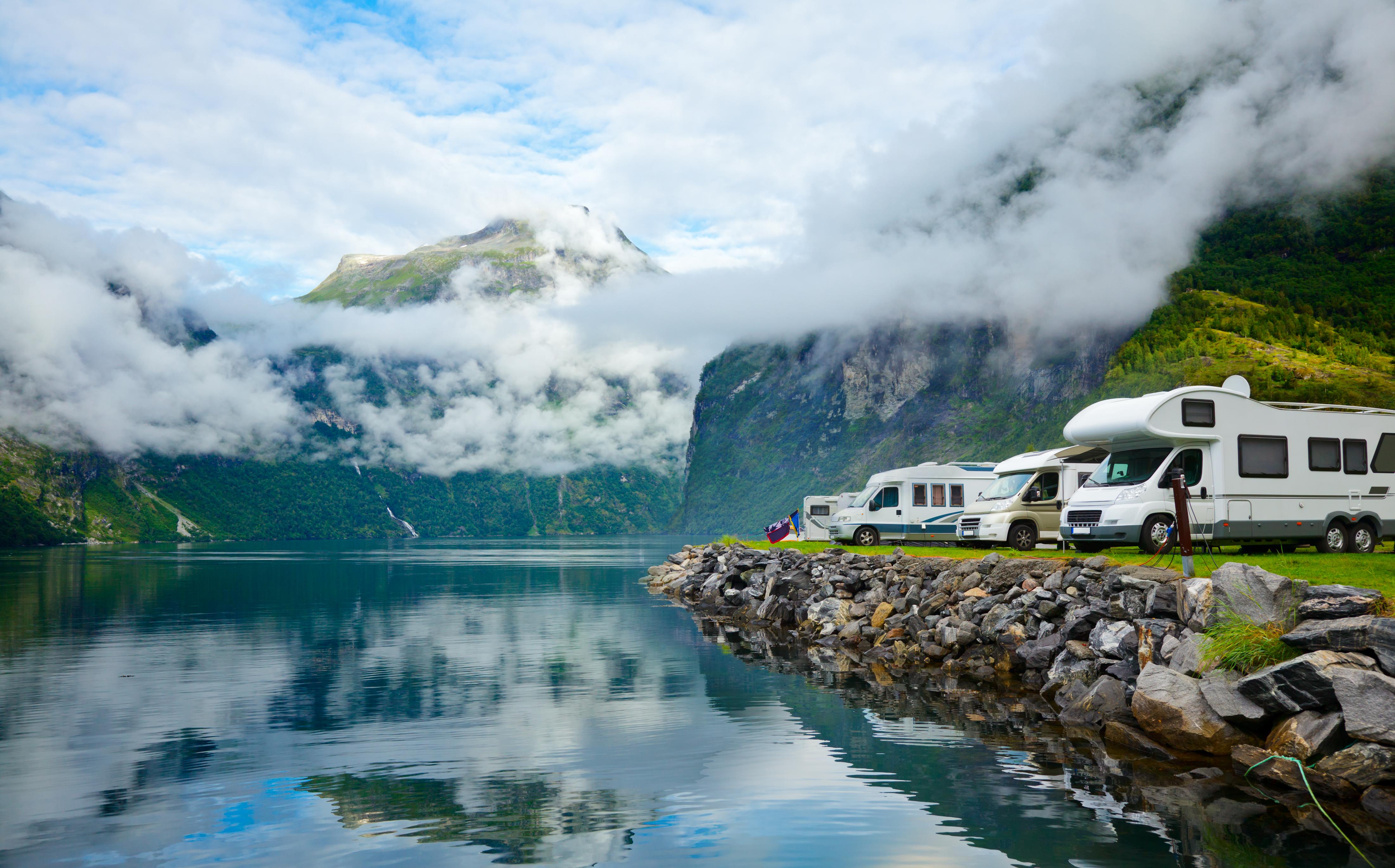 Obytné vozy u norského jezera