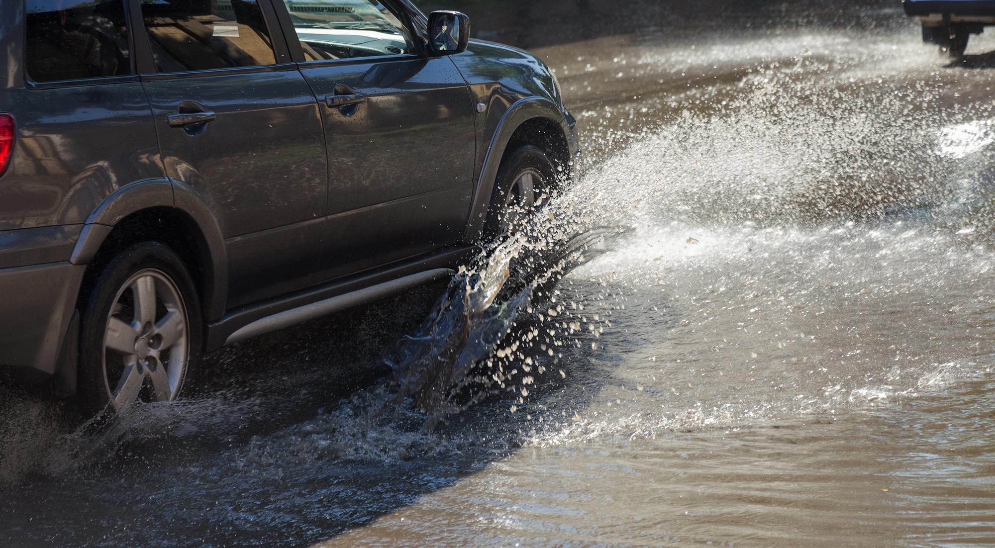 Auto projíždí kaluží vody