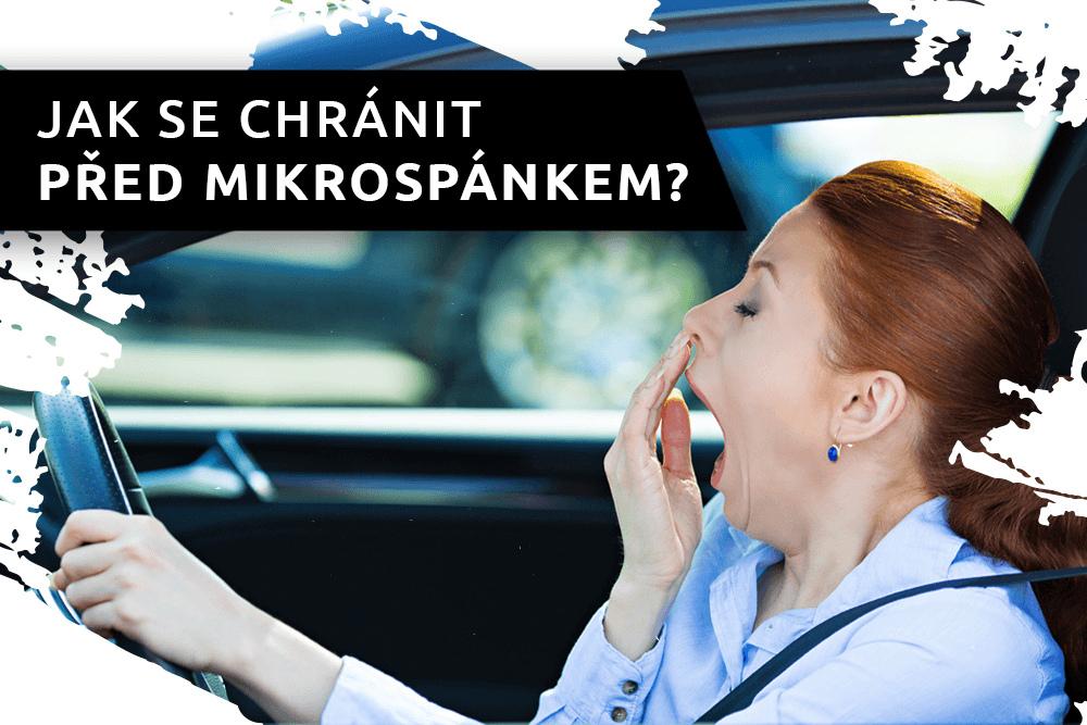 Zívající řidička za volantem
